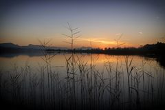 Una puesta del sol hermosa en un lago foto de archivo libre de regalías