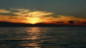 Una puesta del sol hermosa sobre el mar en Croacia, Europa almacen de video