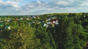 Una puesta del sol hermosa sobre el pueblo ruso Campos y árboles alrededor 4k que tira aéreo y video almacen de metraje de vídeo