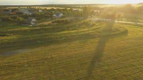 Una puesta del sol hermosa sobre el pueblo ruso Campos y árboles alrededor Tiroteo aéreo y video almacen de metraje de vídeo