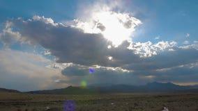 Una puesta del sol hermosa sobre un área abandonada, luz del sol penetra a través de las nubes almacen de video
