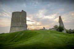 Una puesta del sol imponente en las ruinas del castillo en Hadleigh Essex imagenes de archivo