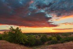 Una puesta del sol mágica de la conclusión del verano Paisaje ucraniano de la puesta del sol Puesta del sol colorida foto de archivo libre de regalías