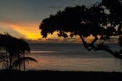 Una puesta del sol maravillosa en playa tropical de la arena del paraíso imagenes de archivo