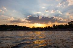 Una puesta del sol Nube Río cómo es agradable imagen de archivo libre de regalías