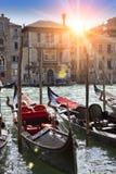 Una puesta del sol sobre el canal y las góndolas, Venecia, Italia Fotografía de archivo libre de regalías