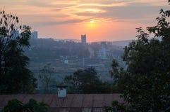 Una puesta del sol sobre Kigali en Rwanda fotos de archivo libres de regalías