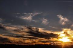 Una puesta del sol tempestuosa que conjeturo Imagenes de archivo