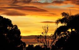 Una puesta del sol tropical australiana después de una tormenta sopló Imágenes de archivo libres de regalías