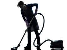 Siluetta dell'aspirapolvere di lavori domestici della domestica della donna fotografia stock libera da diritti