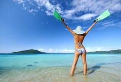 Una qué playa maravillosa con aguas y las islas cristalinas Foto de archivo
