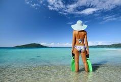 Una qué playa maravillosa con aguas y las islas cristalinas II Foto de archivo
