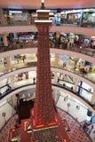 Una réplica más pequeña de la torre de Eifel Terminal 21 Pattaya fotografía de archivo