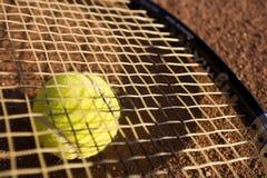 Una racchetta e una sfera di tennis Fotografie Stock