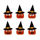 Una raccolta di Halloween di 6 zucche sveglie in cappelli della strega con differenti fronti Icone piane di vettore fotografie stock