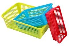 Una raccolta di tre scatole di plastica dei colori e delle dimensioni differenti Immagine Stock