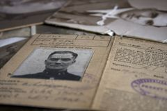 Una raccolta di vecchi documenti d'annata della famiglia immagine stock libera da diritti