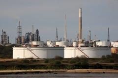 Una raffineria di petrolio litoranea Fotografia Stock Libera da Diritti