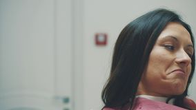 Una ragazza è ammessa ad un dentista During questo volta che apre la sua bocca e che capisce il medico stock footage