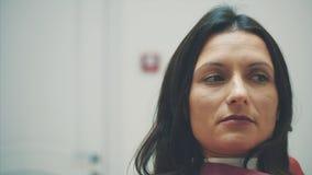 Una ragazza è ammessa ad un dentista During questo volta che apre la sua bocca e che capisce il medico video d archivio