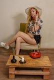 Una ragazza abbastanza bionda sta parlando dal telefono Immagine Stock Libera da Diritti