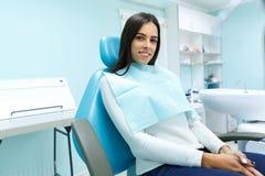 Una ragazza ad una ricezione con un dentista in una sedia immagini stock libere da diritti