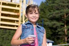 Una ragazza all'aperto che sorride fotografie stock