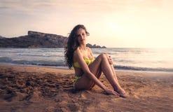 Una ragazza alla spiaggia Fotografie Stock Libere da Diritti