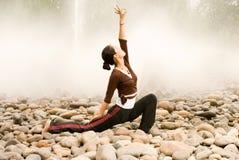 Una ragazza asiatica che fa yoga Immagine Stock Libera da Diritti