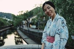 Una ragazza asiatica che sorride e che indossa Yukata immagine stock