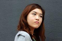 Una ragazza asiatica con il fronte arrabbiato Immagine Stock Libera da Diritti