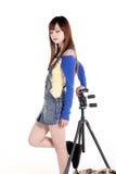 Una ragazza asiatica con il treppiedi Fotografie Stock Libere da Diritti