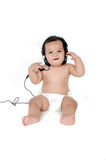 Una ragazza asiatica giovane ascolta musica con le cuffie Fotografia Stock