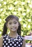 Una ragazza asiatica sveglia gode di con le luci di Natale Immagini Stock
