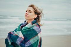Una ragazza avvolta in una coperta Fotografie Stock Libere da Diritti