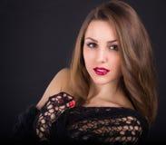 Una ragazza bella in uno scialle nero Immagini Stock
