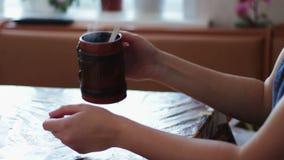 Una ragazza beve una mattina che sta cocendo a vapore video d archivio