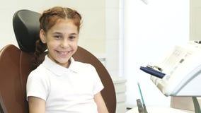 Una ragazza calma sta sedendosi ad una ricezione del ` s di medico fotografia stock libera da diritti