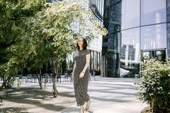 Una ragazza cammina in un vecchio parco Fotografie Stock