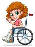 Una ragazza caucasica che si siede su una sedia a rotelle Fotografia Stock