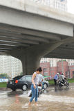 Una ragazza che attraversa Pham Hung Road Fotografie Stock