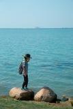 Una ragazza che cammina accanto al lago immagini stock