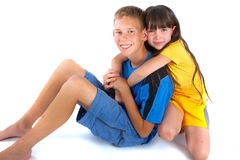 Una ragazza che dà ad un ragazzo un grande abbraccio Immagine Stock