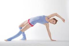 Una ragazza che fa gli esercizi Immagini Stock