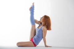 Una ragazza che fa yoga sul pavimento fotografia stock
