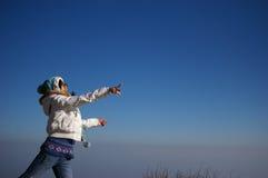 Una ragazza che getta qualcosa Fotografie Stock Libere da Diritti