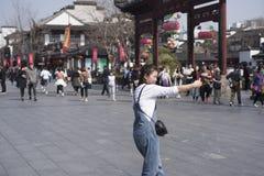 Una ragazza che ha preso un selfie nel quadrato del tempio di fuzi Fotografia Stock Libera da Diritti