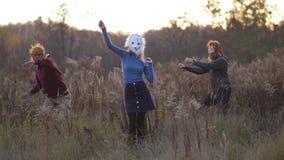 Una ragazza che indossa una maschera dell'orso che balla su un campo giallo 4K Mo lento video d archivio