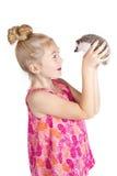 Una ragazza che ispeziona il suo istrice dell'animale domestico fotografia stock libera da diritti