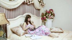 Una ragazza che lavora al computer a letto Reti sociali video d archivio
